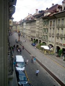 Vista hacia la parte alta de la calle desde la ventana del salón